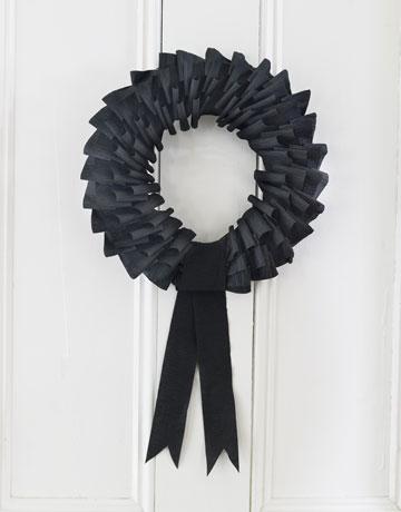 DIY-Halloween-Decorations-black-wreath-step-4-1010.jpg-de