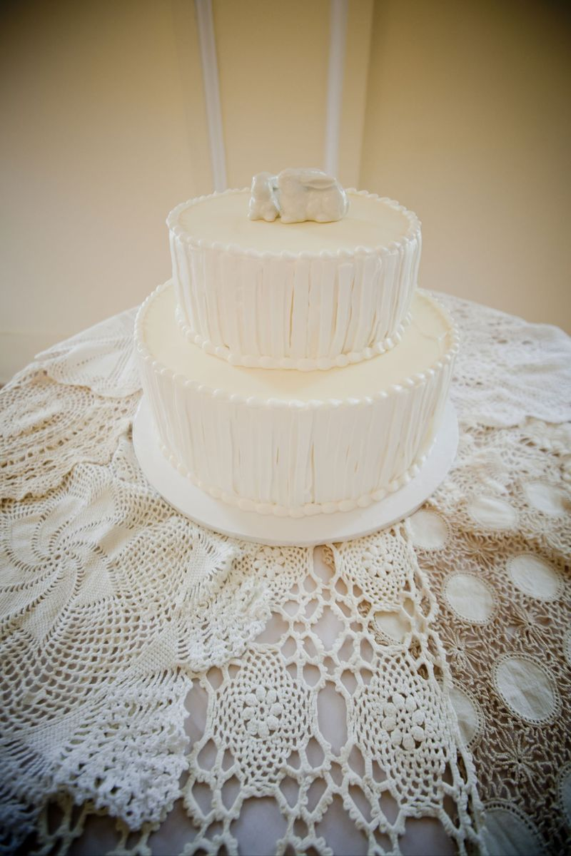 Love the simplicity of this wedding cake with simple white topper.  And I luuuv the vintage doilies!  Photo by Blue Wing Photos | http://bluewingphotos.com/